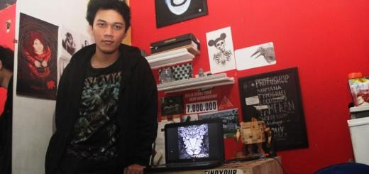 Bayu Santoso (20), pemenang lomba desain album grup band Maroon 5, di kos-kosannya di Kabupaten Bantul, Daerah Istimewa Yogyakarta. Bayu adalah mahasiswa semester tiga Desain Komunikasi Visual Institus Seni Indonesia Yogyakarta.